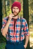 Vertikales Porträt eines ländlichen bärtigen Mannes in einem Wald, ein Mannkamm Stockbilder