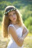 Vertikales Porträt eines schönen Mädchens in einem Kranz handgemacht Lizenzfreies Stockbild