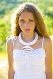 Vertikales Porträt eines schönen Mädchens im Freien Lizenzfreies Stockbild