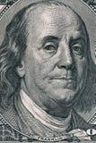Vertikales Porträt von Benjamin Franklin-` s Gesicht auf dem Dollarschein US 100 Niedrige Schärfentiefe Stockfoto