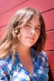 Vertikales Portrait des hübschen 14 Einjahresmädchens Stockbild