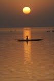 Vertikales Schattenbild der Kanus auf Niger-Fluss Stockfoto
