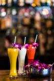 Vertikales Stillleben mit 3 Cocktails und Orchidee blüht im b Lizenzfreies Stockbild