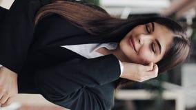 Vertikales Video Porträt der erfolgreichen jungen glücklichen Geschäftsfrau Sie untersuchend die Kamera und das Lächeln Konzept:  stock video