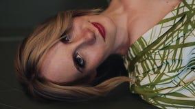 Vertikales Video Porträt der schönen schwangeren Frau im grünen Kleid, das die Kamera untersucht und aufwirft Langsame Bewegung stock footage