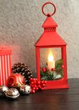 Vertikales Weihnachtslaternenrot mit Kiefernkegeln der Geschenkboxsilberglocken auch lizenzfreie stockbilder