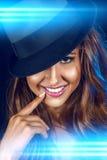 Vertikalt foto av den älskvärda kvinnan med toothy leende Royaltyfri Fotografi