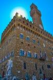 Vertikalt foto av Palazzo Vecchio den gamla slotten med springbrunnen av arkivfoto