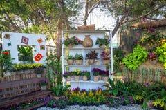 Vertikalt idérikt arbeta i trädgården Arkivbild