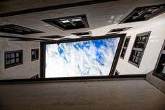 Vertikalt perspektiv av byggnad och himmel royaltyfri foto