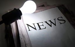 Vertimiento de la luz en noticias Imagen de archivo