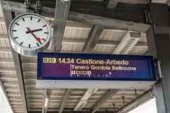 Vertoning en klok bij het station in Zwitserland Stock Fotografie