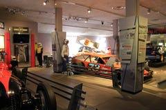 Vertoning van beroemde raceauto's, 2de verdieping, het Automobiele Museum van Saratoga, New York, 2015 Royalty-vrije Stock Foto's