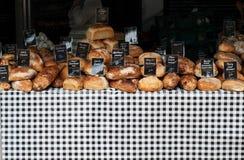 Vertoning van brood bij een marktkraam Stock Foto's