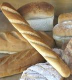 Vertoning van brood in winkelvenster van bakkerij Royalty-vrije Stock Foto's