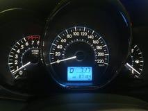 Vertoning van de het paneelsnelheid van het autodashboard de moderne automobiele controle verlichte Het moderne dashboard van het stock afbeeldingen