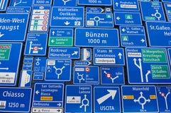 Vertoning van de verkeersteken bij de buitenmuur van het Zwitserse Museum van Vervoer in Luzerne, Zwitserland Stock Foto's