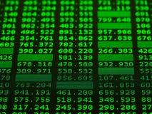 Vertoning van effectenbeurs groene aandelen voor technische analyse van donkere achtergrond stock foto's