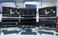 Vertoning van effectenbeurscitaten en grafiek in monitorcomputerzaal met bedrijfsbureaumateriaal zaken en geldconcept, royalty-vrije stock foto's