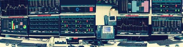 Vertoning van effectenbeurscitaten en grafiek in roo van de monitorcomputer royalty-vrije stock afbeelding