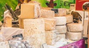 Vertoning van Franse kazen en worsten op een straatmarkt Stock Foto's