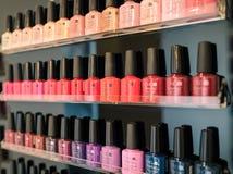 Vertoning van gekleurde nagellakflessen in een schoonheidscentrum Stock Foto