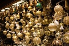 Vertoning van Kerstmissnuisterijen en decoratie op verkoop bij Kerstmismarkt stock afbeeldingen