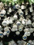 Vertoning van Kerstmissnuisterijen en decoratie op verkoop bij Kerstmismarkt royalty-vrije stock fotografie
