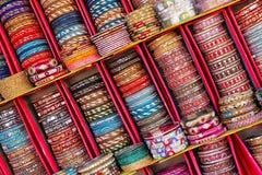 Vertoning van kleurrijke bangels binnen Stadspaleis in Jaipur, India stock foto's