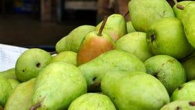 Vertoning van Rijpe Organische Peren bij een Landbouwers` Markt stock foto