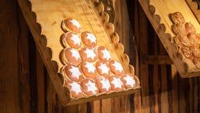 Vertoning van traditionele doughnuts op verkoop bij straatmarktkraam in Wenen stock foto's
