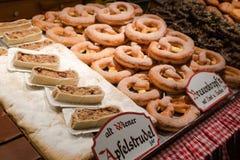 Vertoning van traditionele doughnuts op verkoop bij straatmarktkraam in Wenen stock afbeeldingen