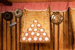 Vertoning van traditionele doughnuts op verkoop bij straatmarktkraam in Wenen royalty-vrije stock foto