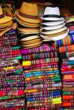 Vertoning van traditionele herinneringen bij de markt in Lima, Peru stock afbeelding