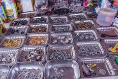Vertoning van verschillende met maat die vingerringen op platen in een straatwinkel worden geplaatst voor verkoop, Chennai, India royalty-vrije stock fotografie