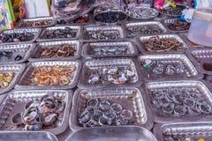 Vertoning van verschillende met maat die vingerringen op platen in een straatwinkel worden geplaatst voor verkoop, Chennai, India royalty-vrije stock afbeeldingen