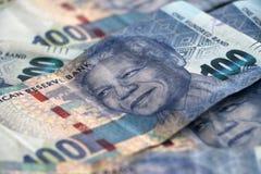 Vertoning van Zuidafrikaans muntgeld honderd randnota's stock afbeeldingen