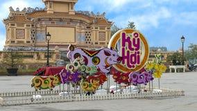 Vertoning voor Jaar van de viering van het Varkens 2019 Maannieuwjaar bij openluchttrefpunt op de achtergrond, Tint, Vietnam stock foto