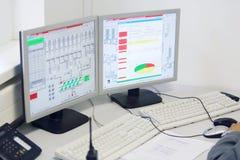 Vertoningen in controlecentrum bij fabriek Caparol Stock Fotografie