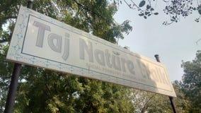 Vertoningsraad buiten Taj Nature Walk royalty-vrije stock foto