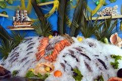 Vertoningstribunes van vissen en zeevruchten Royalty-vrije Stock Foto