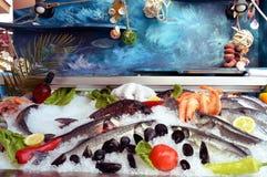 Vertoningstribunes van vissen en zeevruchten Stock Afbeelding