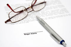 Vertrag mit Gläsern und Feder Lizenzfreies Stockbild