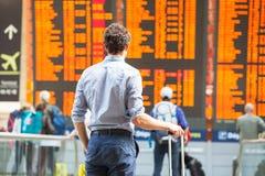 Vertraging van vlucht, mensenpassagiers die in luchthaven wachten stock foto's