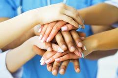 Vertragingen en wapens Artsen die als team voor motivatie samenwerken, su royalty-vrije stock foto