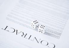 Vertragspapier mit dem Spielen würfelt Lizenzfreies Stockfoto