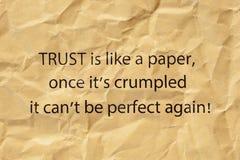 Vertrauen ist wie ein Papier sobald sein zerknittert stockbilder