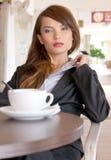 Vertrauen und reizvolle Blicke der jungen Geschäftsfrau Stockfotografie