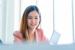 Vertrauens-Geschäftsfrau im weißen Porträtgeschäft offic stockbild