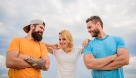 Vertrauens- und Stützattribute des wahren Teams Vereinigt durch Idee Frau und Männer schauen während der nahe Aufenthalt wie über lizenzfreie stockfotos